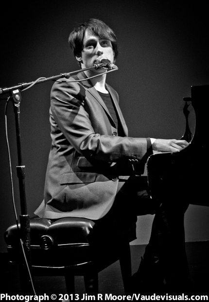 Joseph Keckler performing his songs on the piano.